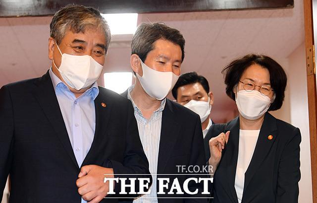 한상혁 방송통신위원장과 이인영 통일부 장관, 임혜숙 과학기술정보통신부 장관(왼쪽부터)이 국무회의에 참석하고 있다.