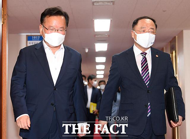 김부겸 국무총리(왼쪽)와 홍남기 경제부총리 겸 기획재정부 장관 회의에 참석하고 있다.
