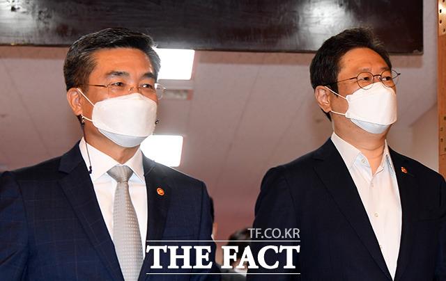 서욱 국방부 장관과 황희 문화체육관광부 장관이 국무회의에 참석하고 있다.