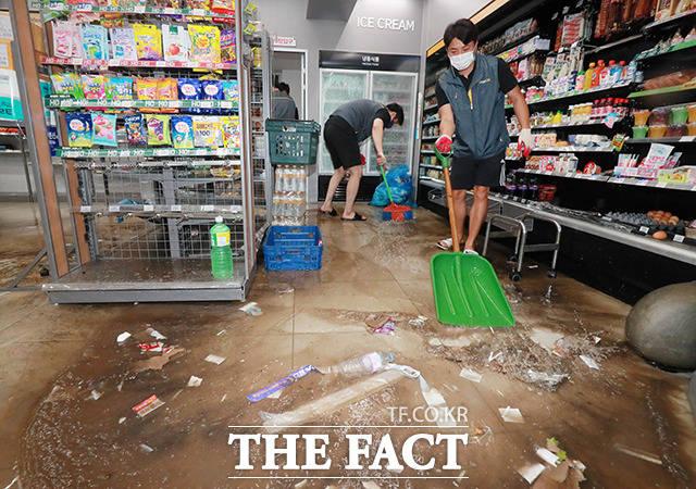 전북 익산시 창인동의 한 편의점에서 직원들이 물을 빼내고 있다. /익산=뉴시스