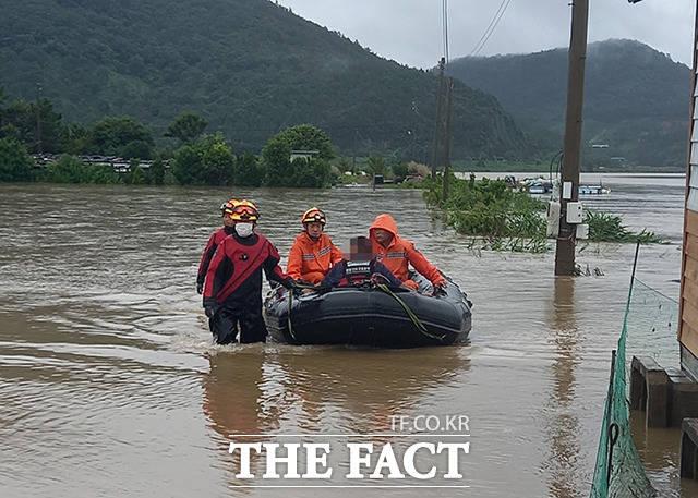 전남 진도군 지산면 소포리 일원에서 범람한 빗물에 고립된 주민을 소방관들이 구조하고 있다. /진도=뉴시스