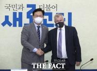 사이먼 스미스 영국 대사와 만난 송영길 [TF사진관]