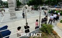 코로나19 검사 위해 광장을 둘러싼 시민들 [포토]