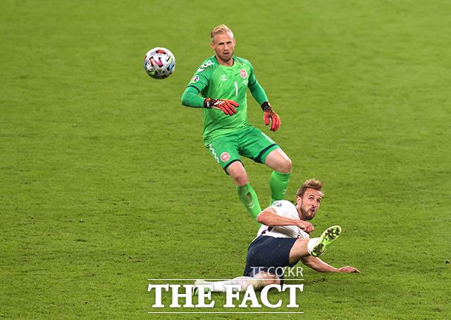 잉글랜드의 해리 케인이 7일(현지시간) 영국 런던 웸블리 스타디움에서 열린 유로 2020 덴마크와의 준결승전에서 해리케인이 공격을 시도하고 있다. /런던=로이터