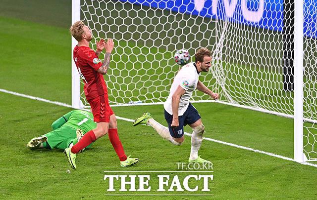 잉글랜드의 해리 케인이 7일(현지시간) 영국 런던 웸블리 스타디움에서 열린 유로 2020 덴마크와의 준결승전 연장 전반에 얻은 패널티킥을 성공시키고 있다. /런던=로이터