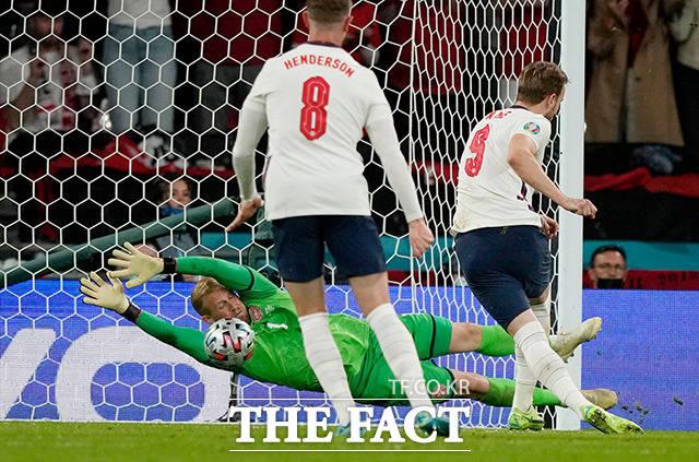잉글랜드의 해리 케인이 7일(현지시간) 영국 런던 웸블리 스타디움에서 열린 유로 2020 덴마크와의 준결승전 연장 전반 막판 패널티킥을 시도하고 있다. /런던=로이터