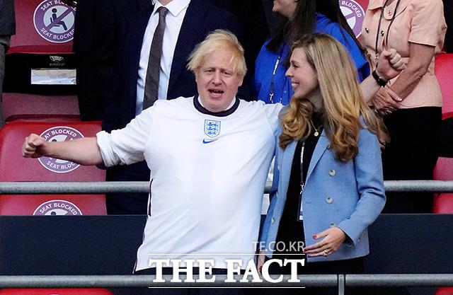 보리스 존슨 영국 총리(왼쪽)와 부인 캐리 여사가 7일(현지시간) 영국 런던 웸블리 스타디움에서 열린 유로 2020 덴마크와의 준결승전을 관전하고 있다. /런던=로이터