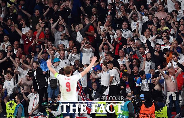 잉글랜드의 해리 케인이 7일(현지시간) 영국 런던 웸블리 스타디움에서 열린 유로 2020 덴마크와의 준결승전을 마치고 관중들에게 인사하고 있다. /런던=로이터