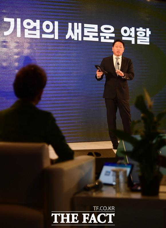최태원 대한상공회의소 회장이 지난 3월 진행된 비대면 타운홀 미팅에서 기업의 새로운 역할에 대해 설명하고 있다. /사진공동취재단