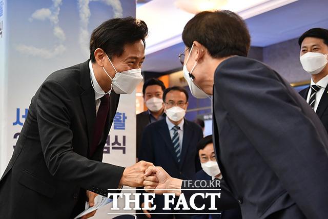 오세훈 서울시장(왼쪽)이 행사에 참석해 조희연 서울시교육감과 주먹인사를 나누고 있다.