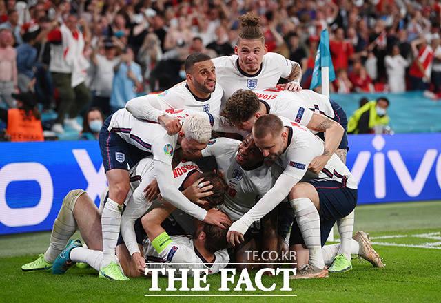 잉글랜드의 해리 케인이 7일(현지시간) 영국 런던 웸블리 스타디움에서 열린 유로 2020 덴마크와의 준결승전 연장 전반 막판 결승 골을 넣고 동료들과 환호하고 있다. /런던=로이터
