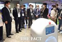 디지코 KT 오픈랩에서 KT AI 방역로봇 관련 설명듣는 권칠승 장관 [포토]