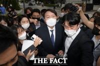 [주간政談<상>] '정치인' 윤석열, 묘비 흔든 애도는 과했다?