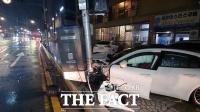 해운대서 만취 포르쉐 운전자···인도 덮치고 신호등·차량 충돌