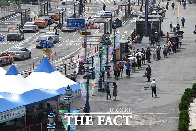 서울역 임시선별검사소를 찾은 시민들의 줄이 점점 길어지고 있는데...