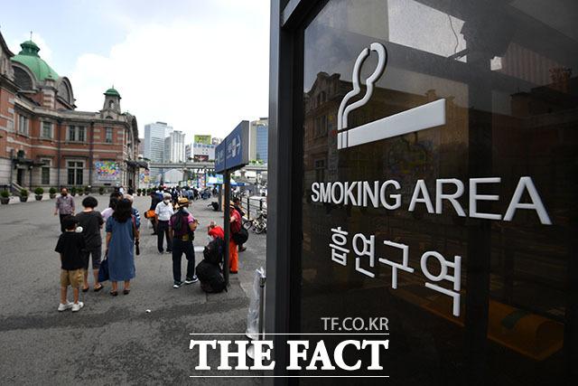 늘어난 줄이 흡연구역 근처까지 길어지고 있는 상황.