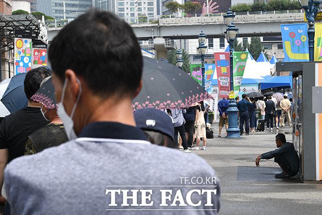 전날 코로나19 확진자가 1378명으로 집계된 10일 오전 서울 중구 서울역 광장 임시선별검사소에 코로나19 검사를 기다리는 시민들이 줄을 서 있다. /남윤호 기자