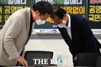 머리가 닿을듯 인사? 이낙연-최문순…'언론계 선후배 사이' [TF사진관]