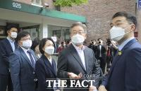 '사망한 청소 노동자의 일터' 찾은 이재명 경기도지사 [TF사진관]