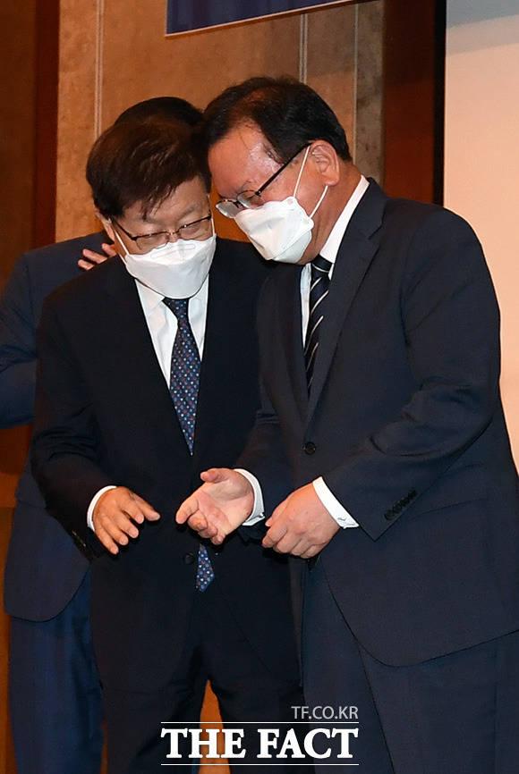 김부겸 국무총리(오른쪽)와 김영주 부산세계박람회 유치위원장이 대화를 나누고 있다.