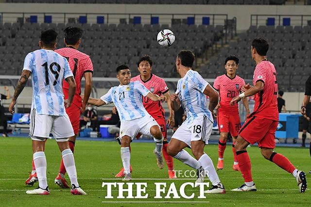 13일 오후 경기도 용인미르스타디움에서 열린 2020 도쿄올림픽 대한민국 축구대표팀과 아르헨티나의 평가전이 열린 가운데 양 팀 선수들이 볼다툼을 하고 있다. /용인미르스타디움=남용희 기자