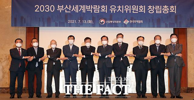 김부겸 국무총리(왼쪽 여섯번째)와 박형준 부산시장, 김영주 유치위원장을 비롯한 참석자들이 기념촬영을 하고 있다.