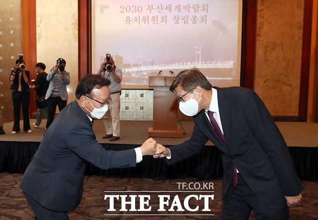 김부겸 국무총리(왼쪽)와 박형준 부산시장이 13일 오전 서울 중구 롯데호텔에서 열린 2030 부산세계박람회 유치위원회 창립총회에서 인사를 나누고 있다./임영무 기자