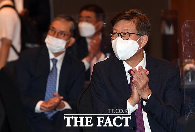 박형준 부산시장이 김부겸 총리의 축사를 들으며 박수를 치고 있다.