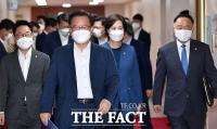 미소 지으며 국무회의 참석하는 김부겸-홍남기-유은혜-박범계 [TF사진관]