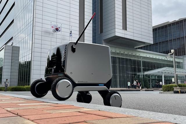LG전자가 국제로봇학회 유비쿼터스 로봇 2021에 참가해 실내외 통합배송로봇을 처음 공개했다. /LG전자 제공