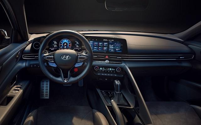 아반떼 N에는 N 전용 그래픽 인터페이스가 적용, 기존 자동차에서는 쉽게 확인하기 어려운 유온, 냉각수온, 토크, 터보압 등의 고성능 특화 정보들을 표시한다. /현대차 제공
