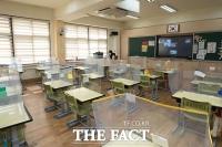 원격수업 전환으로 텅 비어있는 교실 [포토]