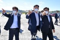 '국회 세종의사당' 후보지 방문한 송영길과 '밀착 브리핑'하는 이춘희[TF사진관]