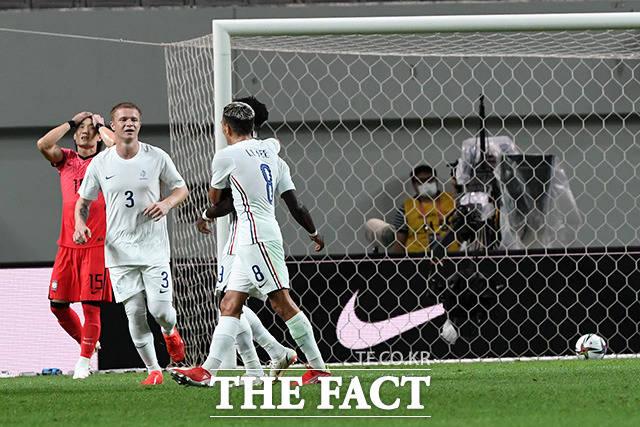 후반 44분. 나타나엘 음부쿠의 중거리 슛으로 실점한 대한민국 대표팀.