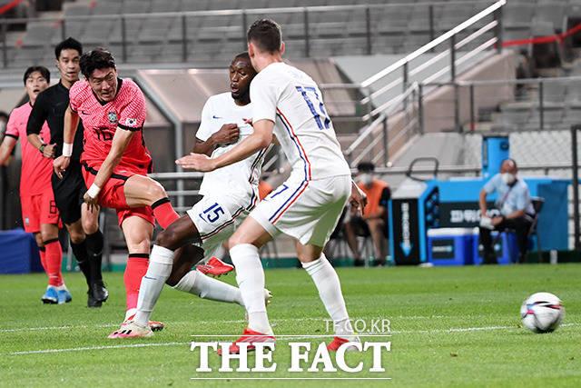 경기 초반부터 프랑스 골문을 두드리는 황의조.