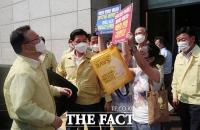 백화점 노동자 피켓 시위 바라보는 김부겸 총리 [포토]