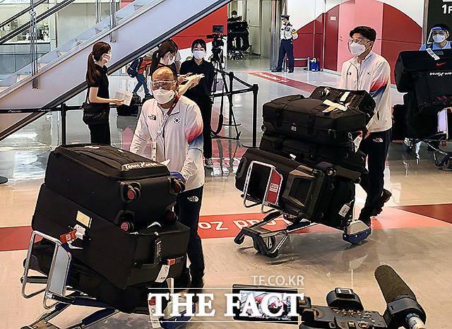 대한민국 올림픽 축구대표팀 김학범 감독(왼쪽)과 황의조가 17일 오후 2020 도쿄올림픽 참석을 위해 일본 도쿄 나리타 국제공항으로 입국하고 있다. /도쿄=남진각 일본지사 기자