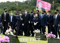 지지자들과 함께 국립5·18민주묘지 둘러보는 윤석열 [포토]