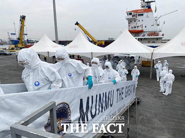 코로나19 집단감염이 발생한 청해부대 34진 전원을 국내로 이송하기 위해 출국한 특수임무단이 문무대왕함에 승선하고 있다.
