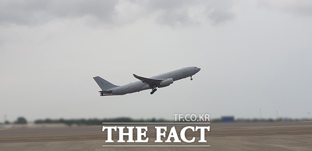 해외파병 중 코로나19가 집단발병한 청해부대 제34진 장병들을 태운 공군 다목적 공중급유수송기 KC-330 시그너스가 19일 현지 공항을 이륙하고 있다./국방부 제공