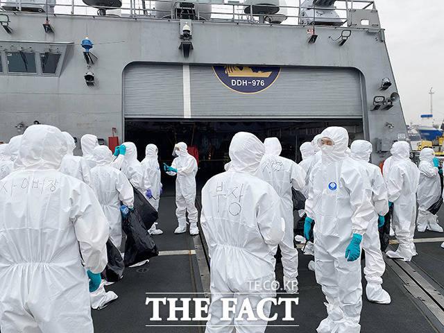 문무대왕함 함미 갑판에서 방역작업을 준비하는 특수임무단.