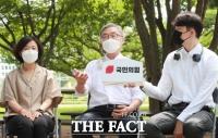 최재형, 국민의힘 '동지'와 스킨십…