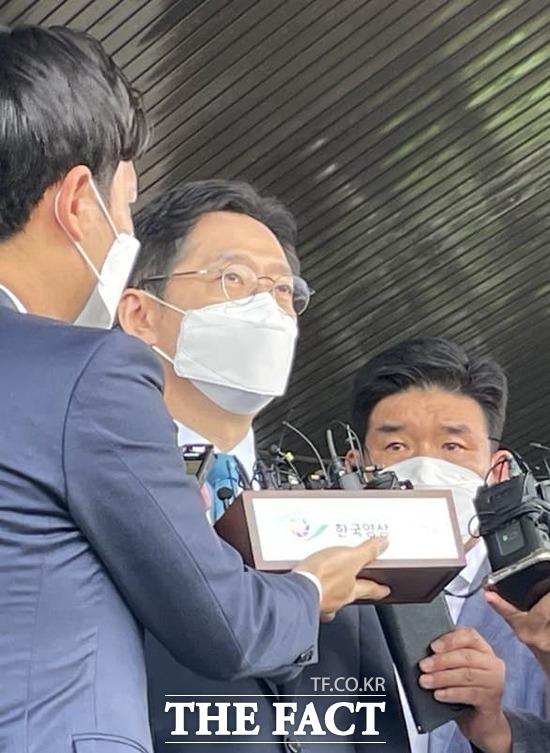 21일 유죄 확정 판결 이후 경남도청을 나서는 김경수 지사. /강보금 기자