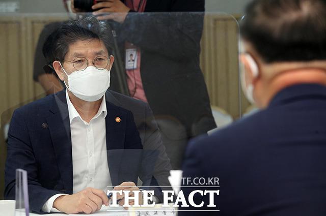 노형욱 국토교통부 장관이 홍 부총리의 발언을 경청하고 있다.