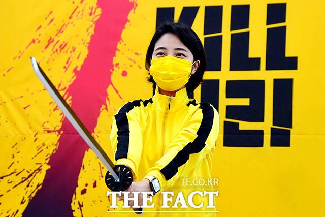 영화 킬빌에서 화려한 검술을 선보이는 여자주인공 우마 서먼과 같은 의상을 입은 류 의원.