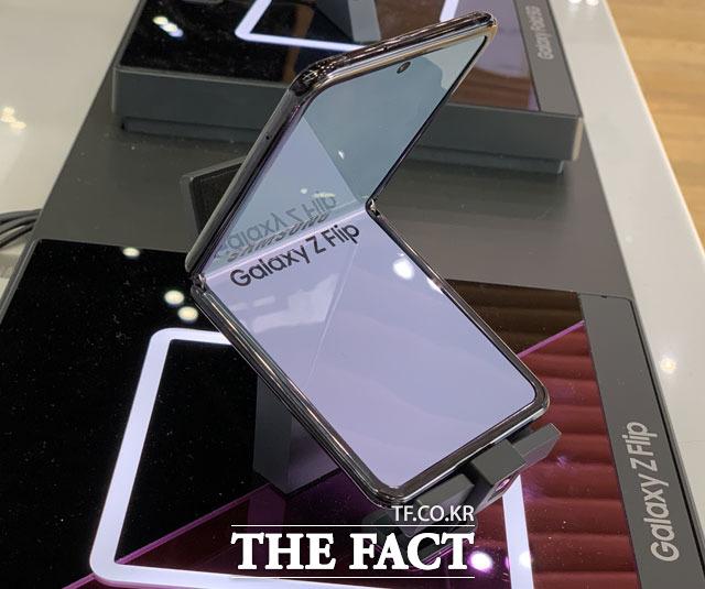 갤럭시Z폴드3와 갤럭시Z플립3는 전작과 비교해 40만 원가량 저렴해질 것으로 예상된다. 사진은 삼성전자가 지난해 출시한 갤럭시Z플립. /최수진 기자