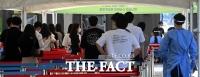 '역대 최다 확진자' 검사 위해 줄 선 시민들 [포토]