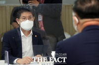 홍남기 부총리 발언에 집중하는 노형욱 국토부장관 [포토]