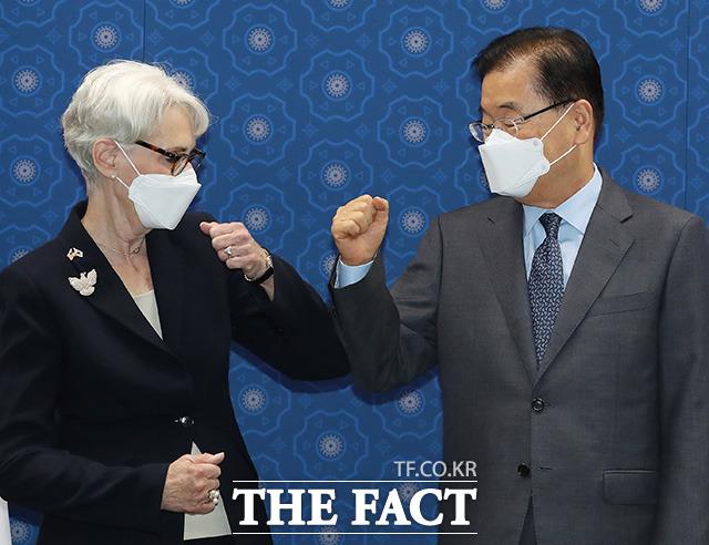 정의용 외교부 장관(오른쪽)이 22일 오전 서울 종로구 외교부를 예방한 웬디 셔먼 미국 국무부 부장관과 인사를 나누고 있다./임영무 기자