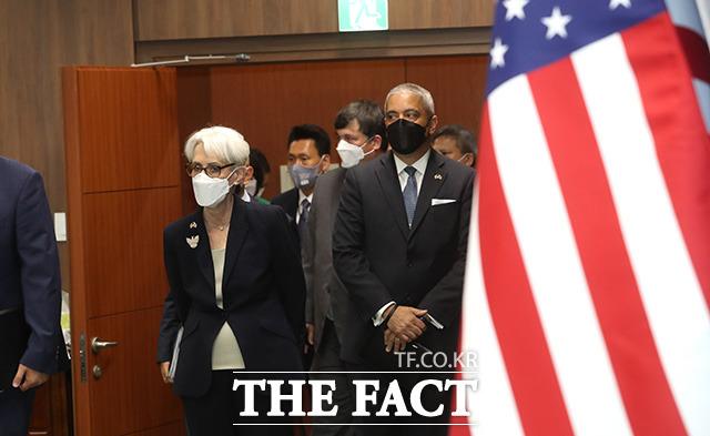 회의실 도착한 웬디 셔먼 미 국무부 부장관 일행.